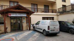 Présence de l'Équipe Mobile de Santé Visuelle à Saint-Etienne-de-Tinée. La voiture de l'EMSV garée devant le centre hospitalier Saint Maur.